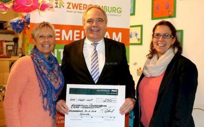 Bücherspende für die Zwergenburg