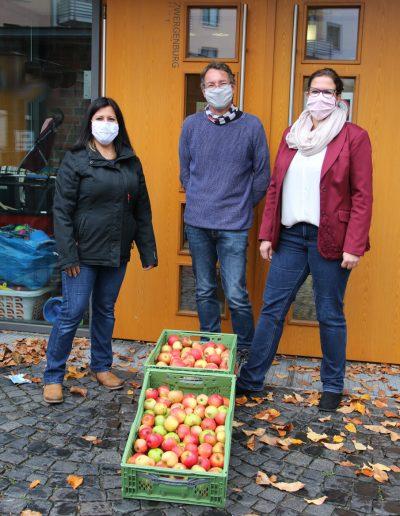Zwergenburg Apfelspende. V.l.n.r: Asuman Elmali, Markus Henninger, Nadja Kirchner