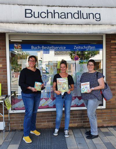 Zwergenburg erhält Bücherspende: Das Zwergenburg-Team beim Büchereinkauf